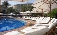 Hotellets svømmebasseng med et flott soldekk