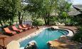 På logden kan du også slappe av ved svømmebassenget mellom safariene