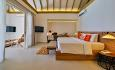 Romkategorien Familie Suite med pool har et oppholdsrom som kan stenges med en skyvedør og gjøres om til et ekstra soverom til barna.