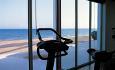 Hotellets treningssenter har en fantastisk utsikt utover stranden og sjøen