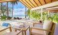 Alle bungalowene har terrasse med sittegruppe og solsenger.