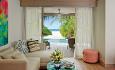 Romkategorien Beach Pool villa ligger rett på stranden og lounge med sittegruppe.
