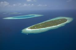 Øya er med sine 1400 x 400 meter en av de største turistøyene på Maldivene