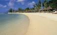 Hotellet har en fin sandstrand rundt hele hotellet, og ligger kun 5 minutter fra den vakre stranden Belle Mare