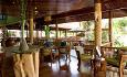 Hotellet har to restauranter. Le Dauphin serverer creolske spesialiteter og internasjonale retter.