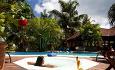 Hotellets svømmebasseng ligger midt i hotellets vakre hage, hvor det vokser mer enn 100 forskjellige orkideearter.