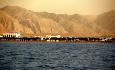 De majestetiske Haajjarfjellene i bakgrunnen av hotellet