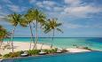 Hotellets infinitybasseng ligger rett ved stranda og sjøen.