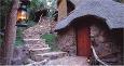 Rommene i Simunye Zulu Village ligger i disse jordhyttene