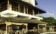 Hovedbygningen rommer to restauranter, en bar og en junior suite med 180 graders panoramautsikt