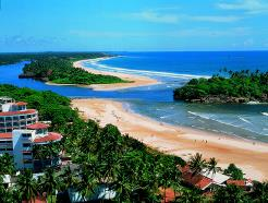 Lanka Princess har en flott beliggenhet blant palmertrær rett ved stranden i Beruwela / Bentota.