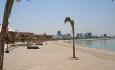 Hotellet har en lang sandstrand med utsikt mot Doha