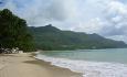 Den lange, herlige stranden Beau Vallon ligger på hovedøya Mahe